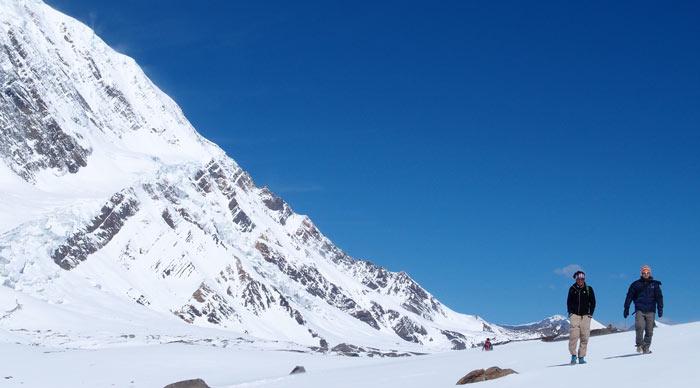 2 trekkers in Tilicho Lake